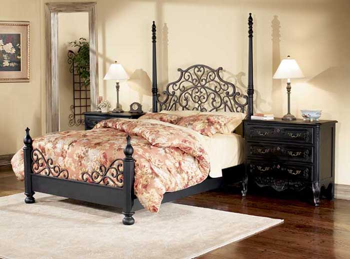 Металлическое кружево на спинках кровати задает особенный тон всему пространству.
