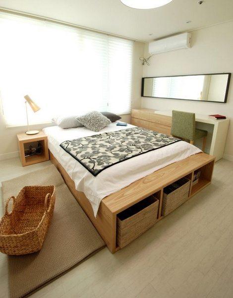 Минимум мебели из светлых пород. Хоть кровать здесь и большая, зато оснащена вместительными ящиками для хранения пастельных принадлежностей.