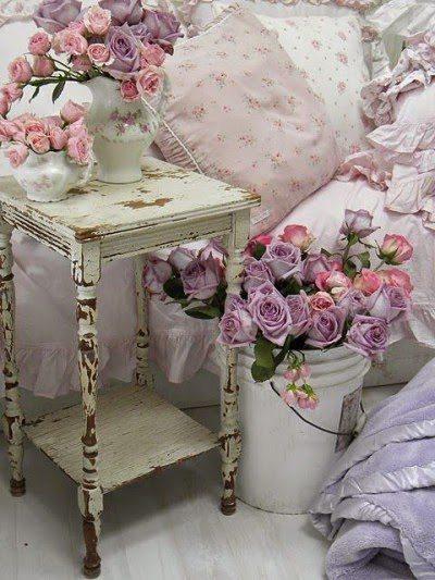 Много цветов – неотъемлемая часть спальни в стиле прованс. Усиливается ощущение отдыха на природе.