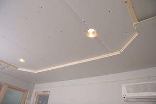 классический многоуровневый потолок в спальне