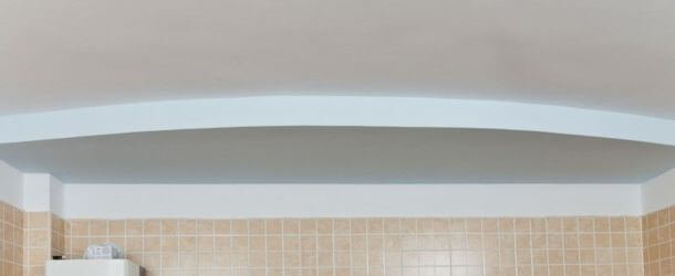 простой узор из гипсокартона на потолке в спальне