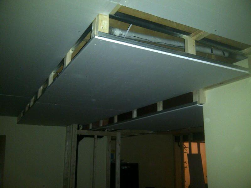 выдвижной потолок из гипсокартона в спальне