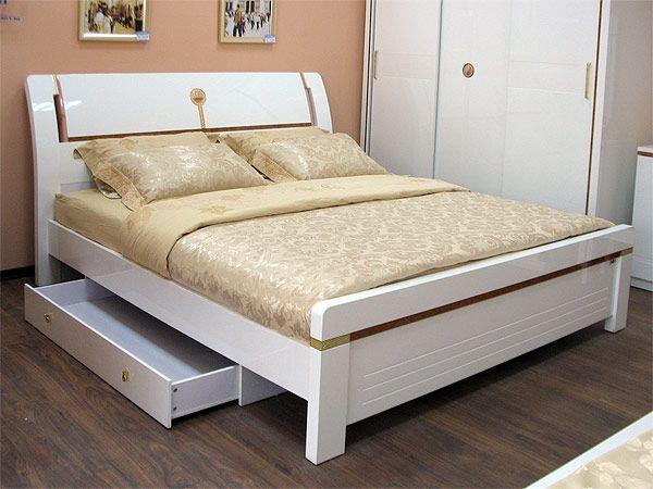 Модная двуспальная кровать: белый глянец сверкает у изголовья, создавая непревзойденное ощущение чистоты.