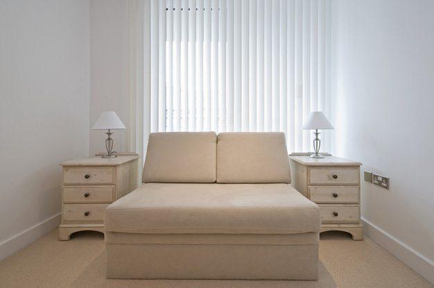 Можно пойти от обратного и, во-первых, определить, что спальня – не гостиничный номер (фото «А»)