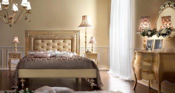 На фото - подсветка зеркала и изголовья кровати светильниками