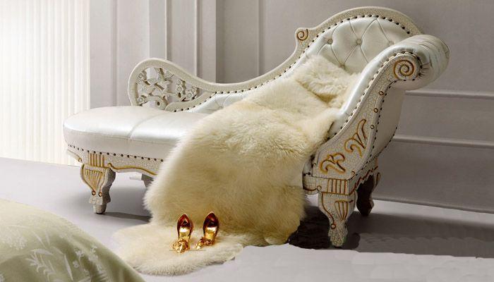 На фото - роскошная кушетка в стиле барокко