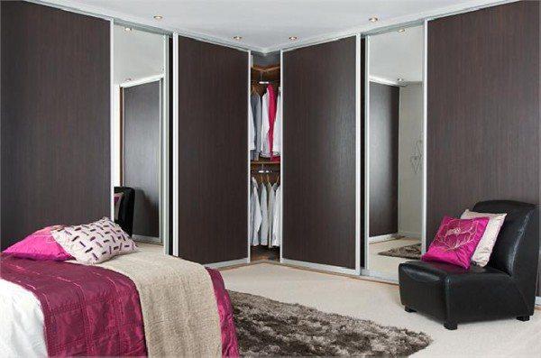 На фото - улучшение пространства благодаря встроенной мебели