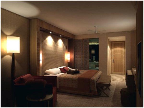 На фото – пример интерьера спальни, где задействованы бра, торшер и декоративная подсветка одновременно