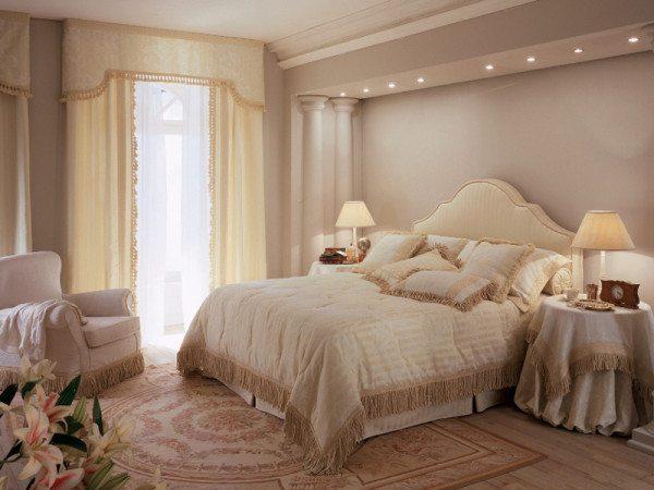 На фото: декор полуколоннами добавит сходства спальни с дворцовыми залами и не стеснит пространство.