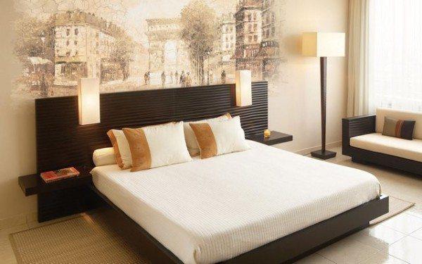 На фото интерьер спальной комнаты с росписью «Мотивы старого города»