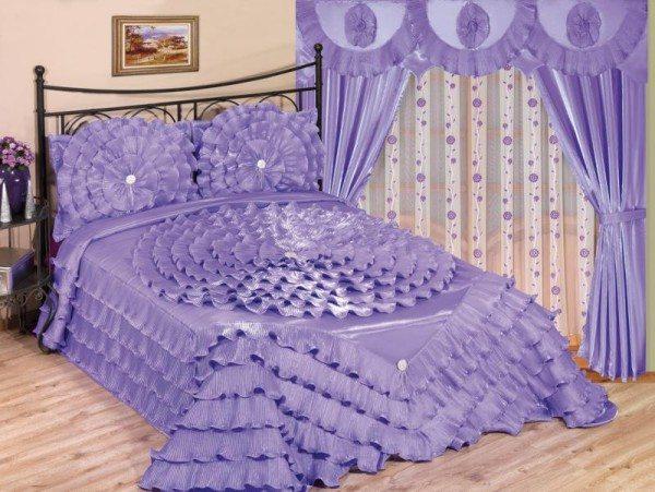 На фото изображен комплект для спальни: шторы с покрывалом в одном цвете, это создает определенный стиль комнаты.