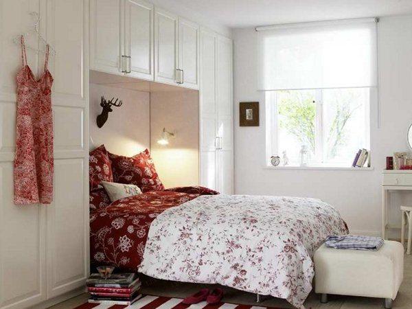 На фото изображена комната со шкафами у изголовья кровати, образующие удобную нишу, которая экономит пространство.