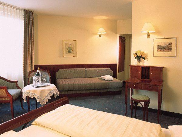 На фото изображена комната в стиле бидермейер.