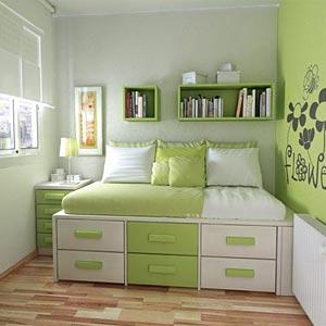 На фото изображена очень маленькая комната отдыха, которая, благодаря выкатным ящикам кровати, смотрится очень красиво и имеет отличную функциональность.