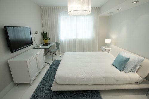 На фото изображена светлая спальня, где бледно-голубые стены, текстиль и другие такого же цвета предметы помогли создать необходимый контраст.