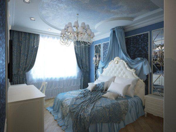 На фото классический интерьер в бело-голубых тонах с изящным балдахином в изголовье