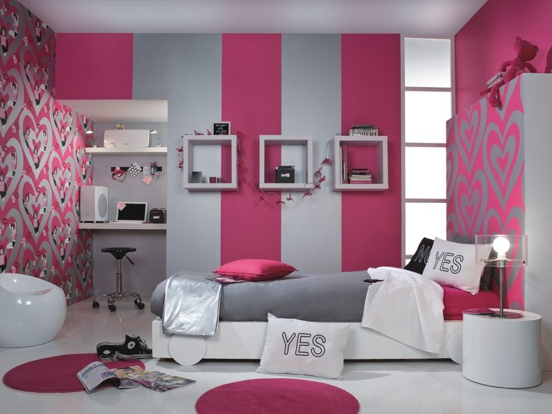 На фото: комбинирование обоев в отделке спальни для подростка-девочки.