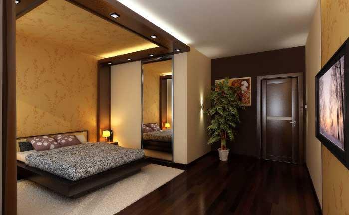 На фото комната, в которой отсек для хранения вещей находится за зеркальной ширмой.