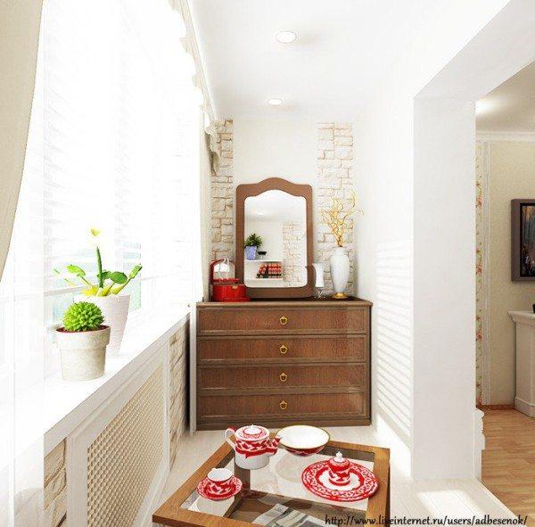 На фото: комод с зеркалом удачно разместим на балконе напротив кровати.