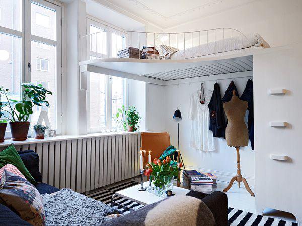 На фото отображена комната с кроватью под потолком.