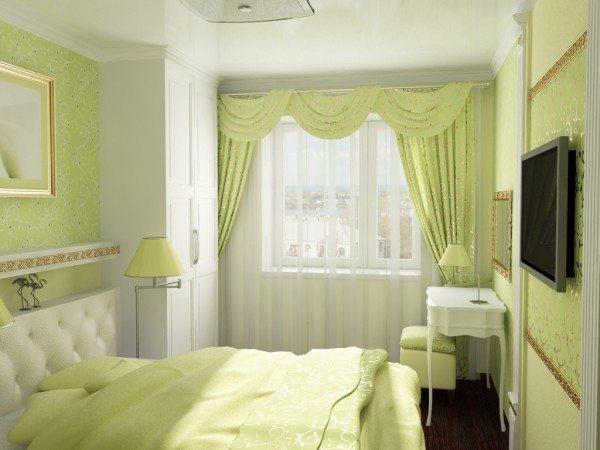 На фото показан интерьер узкой спальни в светлых тонах.