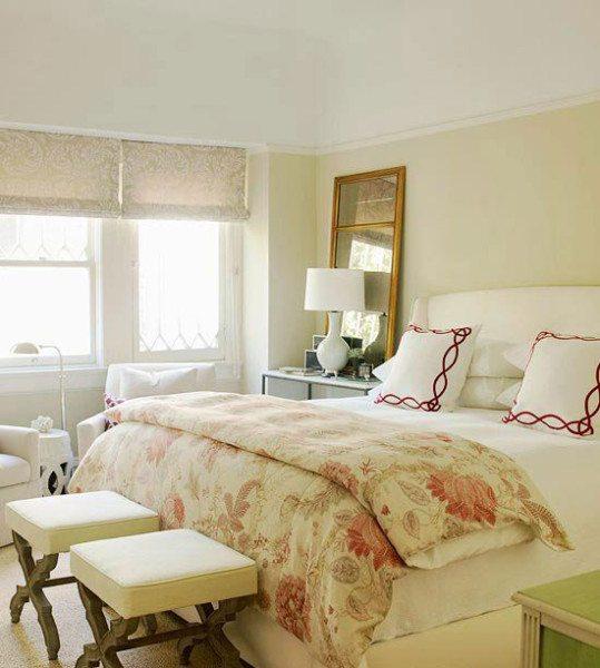 На фото показан оригинальный дизайн для маленькой спальнидля семейной пары.