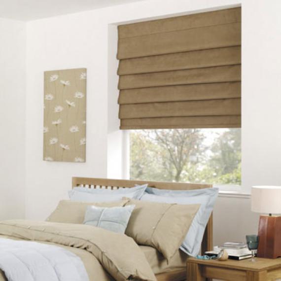На фото показан вариант использования римской шторы для маленькой спальни.