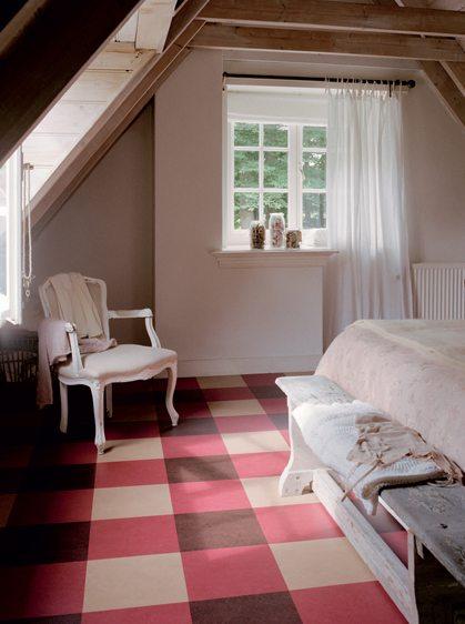 На фото показан вариант применения в качестве напольного покрытия в спальной комнате натурального линолеума – мармолеума.