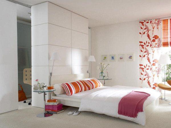 На фото показан вариант разбавления белого интерьера спальной комнаты при помощи ярких японских штор и подушек.