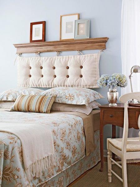 На фото показан вариант устройства комбинированного декора изголовья кровати.