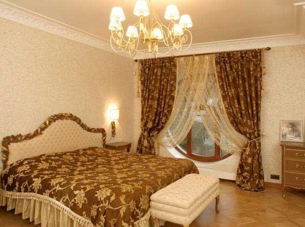 На фото показано, как ансамбль покрывала и штор c правильно подобранным узором и цветом под мебель могут задать весь тон спальне, зрительно преобразив ее.