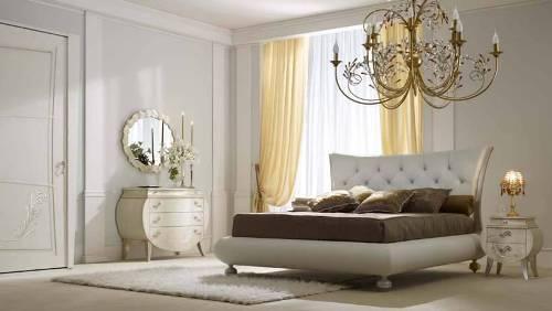 На фото показано, как матрас и подушки темного цвета зрительно уменьшают белое ложе.