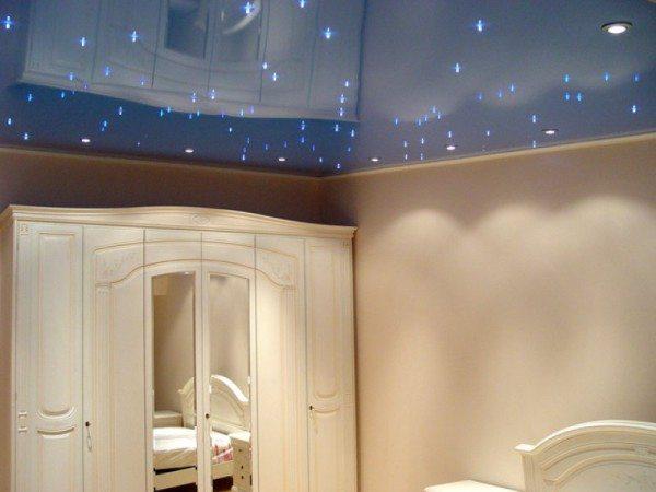 На фото: потолок «Звездное небо» - это реально завораживающий эффект.