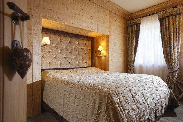 На фото представлено интересное сочетание разных текстур отделки уютного деревенского интерьера