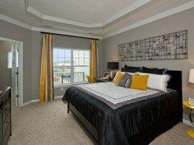 На фото пример спальни в серых тонах.