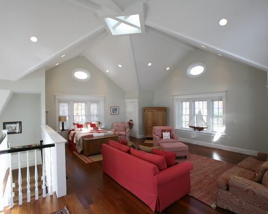 На фото пространство визуально разграничено яркой мебелью расположенной в гостиной и конструктивной особенностью потолка.