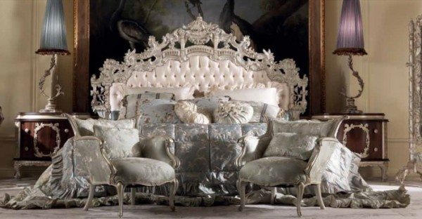 На фото роскошные дворцовые апартаменты с богатым искусным орнаментом в виде короны