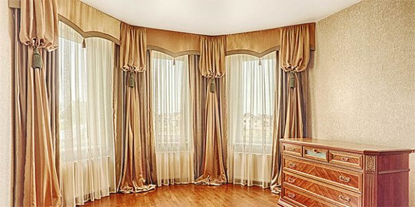 На фото: шторы в стиле классицизм на эркерном окне.