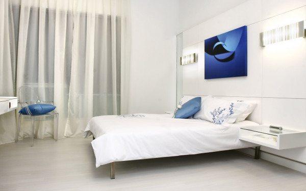 На фото видно, как всего лишь несколько колоритных элементов интерьера могут преобразить монотонное пространство.