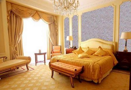 На фото: жидкие обои создают мягкую шелковистую поверхность и смотрятся в спальне просто великолепно