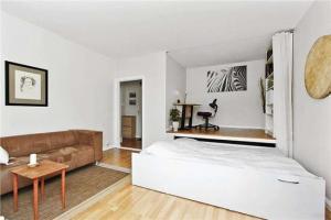 На одном пространстве разместились не только кабинет и спальня, но и гостиная