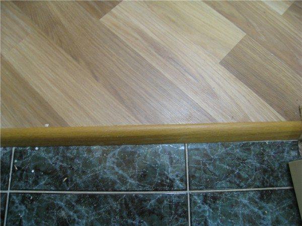 На стыке спальни и коридора устанавливаем порожек, как показано на фото