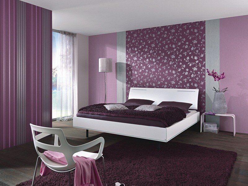 Наиболее удачно в спальне смотрится бело-фиолетовый интерьер.