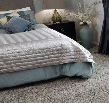 Напольное покрытие из ковролина в спальне.