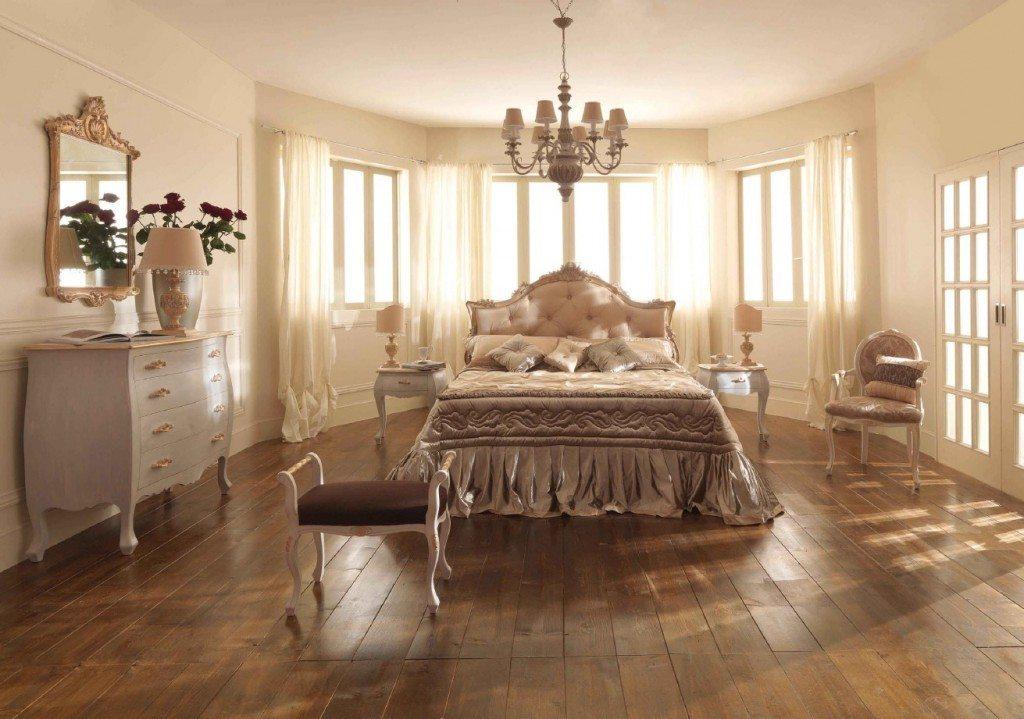 Напольное покрытие пола из ценных пород древесины характерно для интерьеров в классическом стиле.
