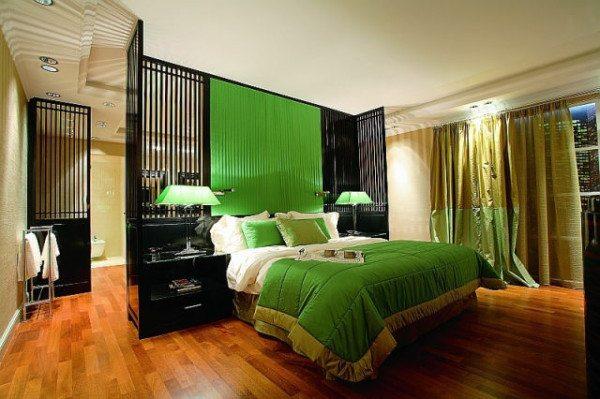Наполовину застеленная кровать, небрежно отодвинутая штора… интерьер мужской спальни. В этом определенно что-то есть!