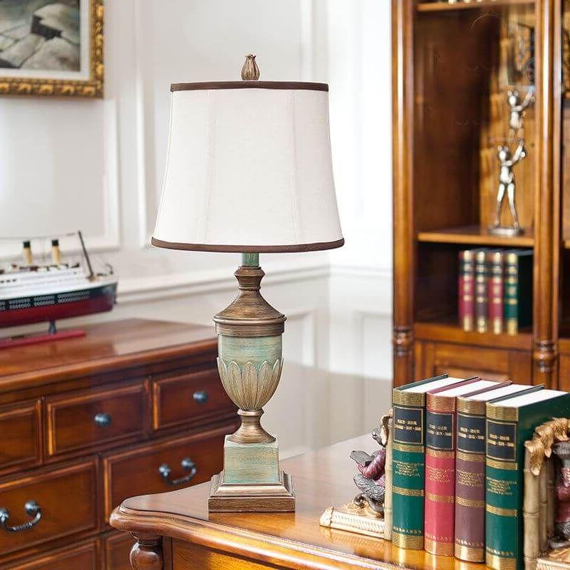 настольная лампа возле книжной полки