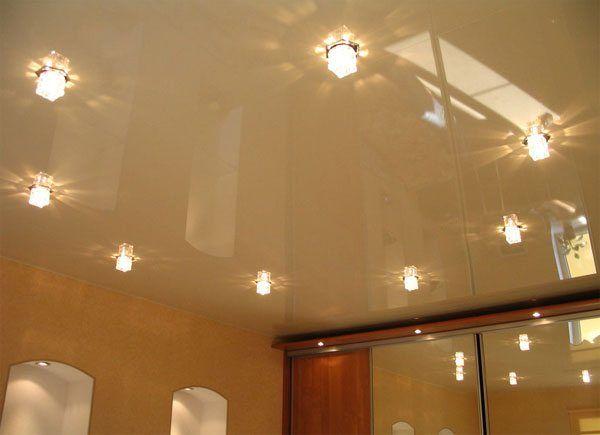 Натяжной потолок «сливочного» тона прекрасно вписался в интерьер.