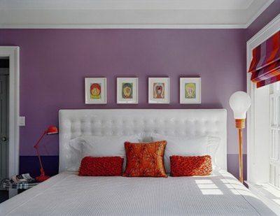 Не менее интересен обратный вариант – обои сиреневого цвета для спальни и белая мебель