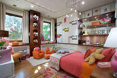 Небольшая комната с двумя окнами